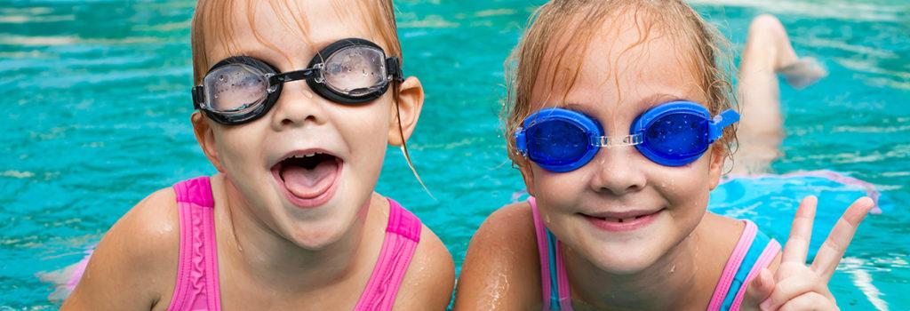 dzieci w basenie polkolonie w zalesiu